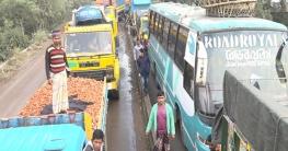 হাটিকুমরুল-বনপাড়া মহাসড়কে দুর্বিষহ যানজট, নাকাল যাত্রীরা