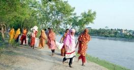 সাতক্ষীরায় খাবার পানির উৎস বাঁচাতে নারীরা সংস্কার করলেন বেড়িবাঁধ