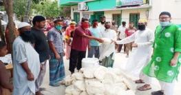 সাতক্ষীরা পৌরসভায় দরিদ্রদের বাড়িতে সেমাই চিনি দিলেন কাউন্সিলর